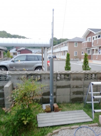 水圧式の井戸掘り器を挿入した写真