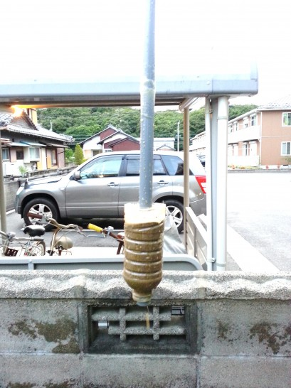 水圧式の井戸掘り器のペットボトルに砂が溜まる