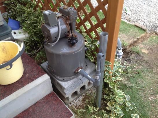 給水ホースを井戸ポンプに接続