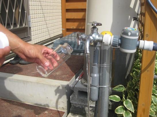水質検査キットを使って井戸水を採取