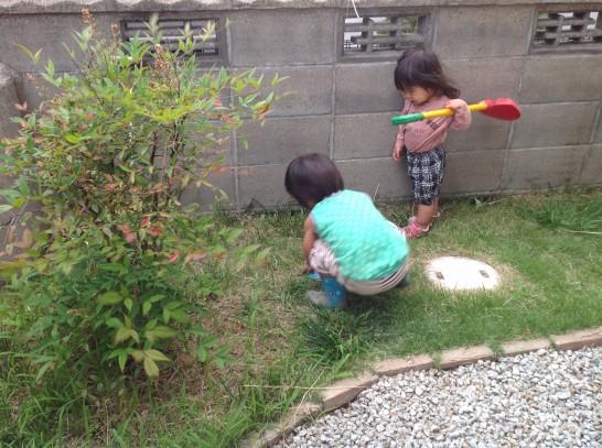 手掘りで1mほど井戸を掘り進める