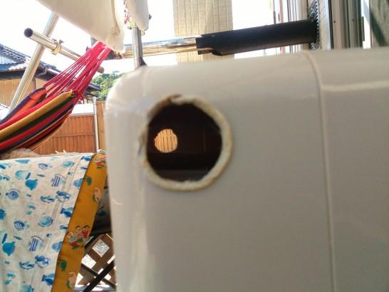 冷風扇の2箇所に穴を空ける