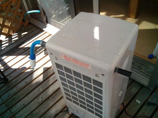 冷風扇の上部に井戸水が出てくる小さな穴の開いた塩ビパイプを取り付け