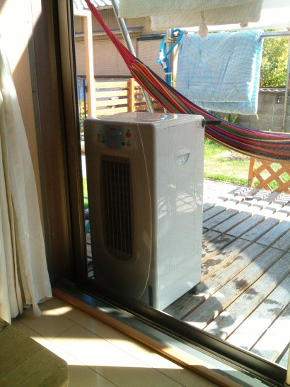 井戸水冷風扇は網戸越しの室外に設置