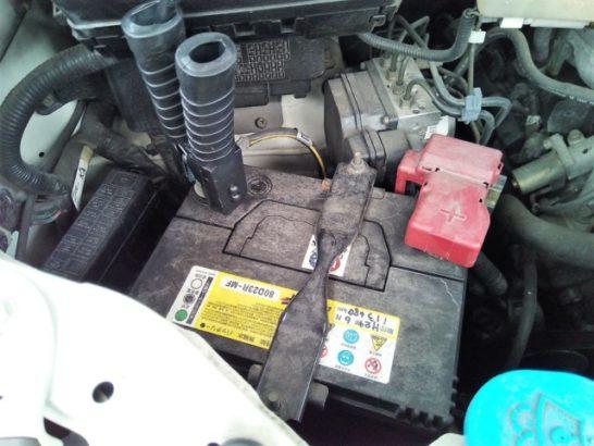 バッテリーのマイナス端子にクリップを取り付ける