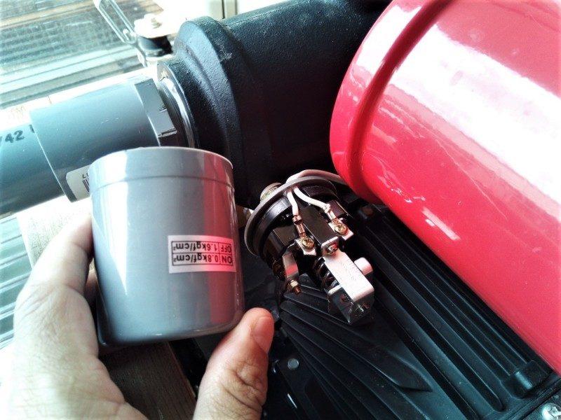 圧力スイッチのカバーを開く